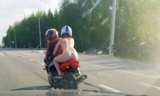 Голая пассажирка байкера заворожила смоленских автомобилистов