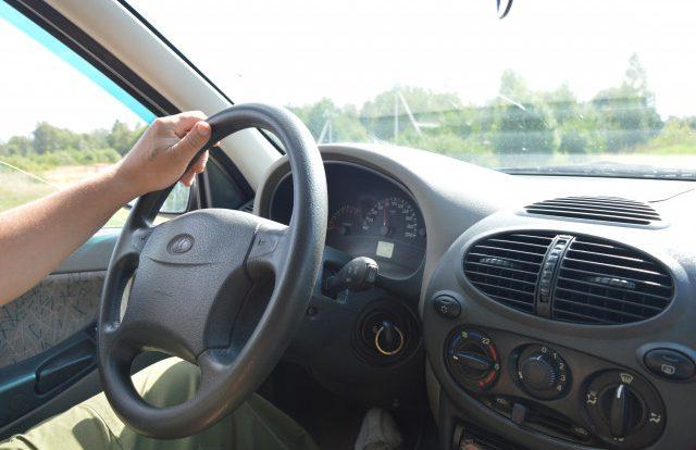 Пьяный сел за руль. Смолянин занялся уборкой территории за нарушение ПДД
