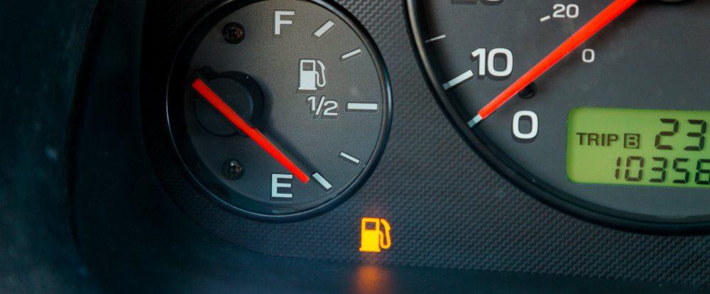Почему опасно выкатывать бензин до загорания лампочки