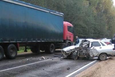 «Скончался на месте». В Смоленской области водитель «десятки» протаранил фуру