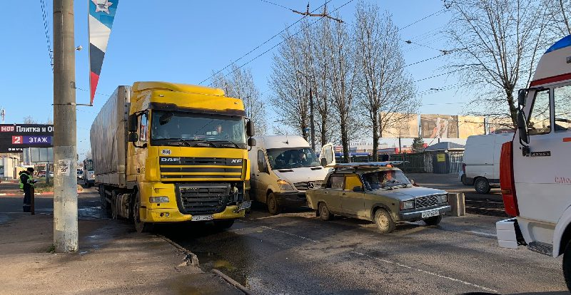«Минимум пять машин». В Смоленске произошла массовая авария