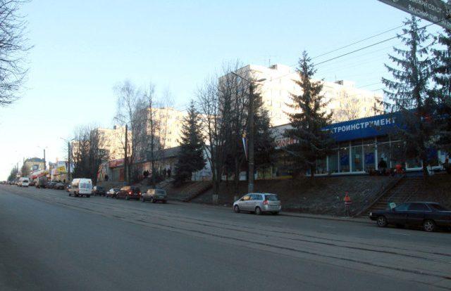 В центре Смоленска столкнулись маршрутка и учебное авто