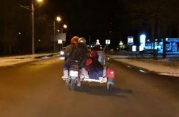 Смоляне вчетвером прокатились с садовой тачкой на мотоцикле