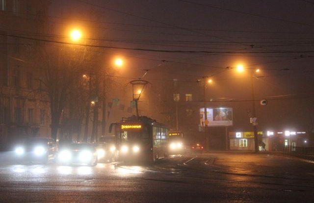 В центре Смоленска стоят трамваи и машины