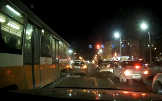 В сеть выложили видео, как легковушка в Смоленске попала под 18-тонный трамвай
