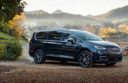 Chrysler освежил свой большой минивэн, добавив полный привод
