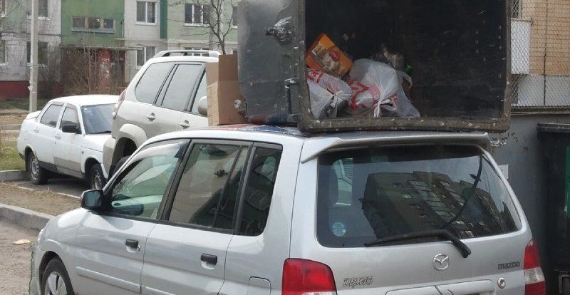В Смоленске водителю иномарки «прилетела» карма в виде мусорного бака