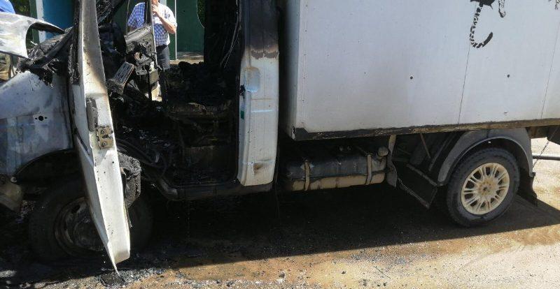 «Водитель выскочил из кабины». В Смоленской области на ходу загорелся грузовик