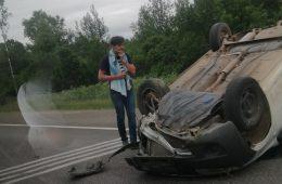 На трассе в Смоленской области автомобиль перевернулся на крышу