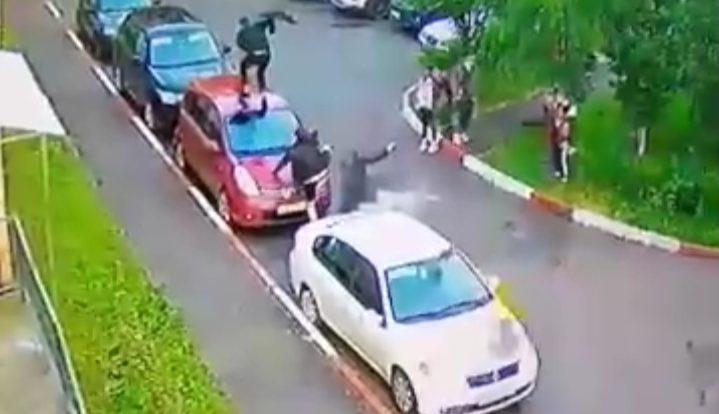 Забег молодых людей по крышам авто в Смоленске сняли на видео