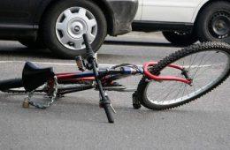 В смоленском райцентре велосипедист пострадал под колесами авто