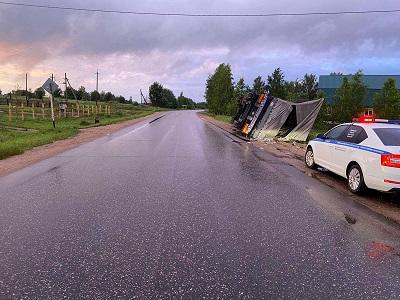 В Смоленской области грузовик превысил скорость и перевернулся