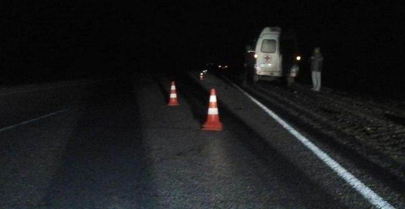 На трассе в Смоленской области мужчина вывалился из микроавтобуса