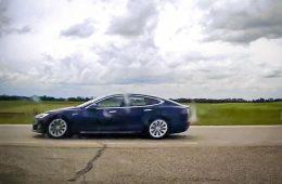 Tesla на автопилоте разогналась до 150 км/ч, пока водитель спал