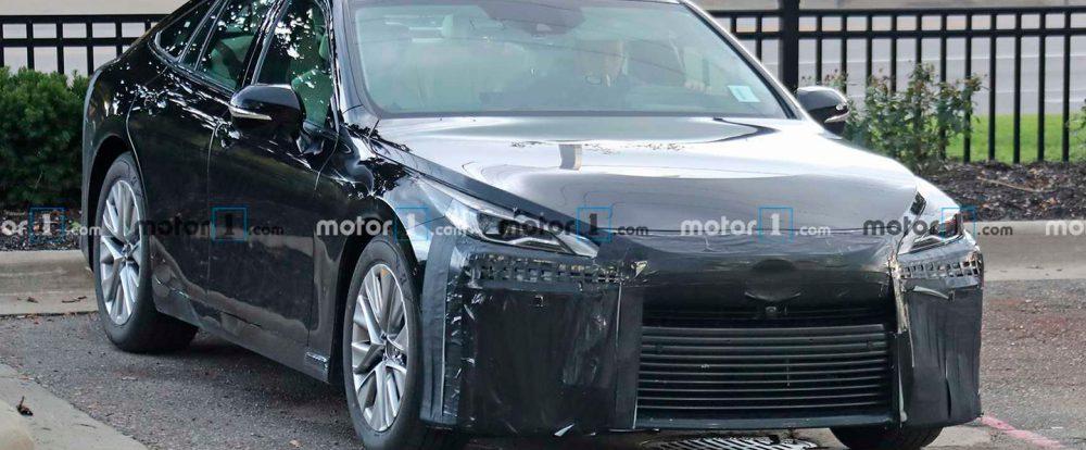 Новый водородный седан Toyota заметили на тестах