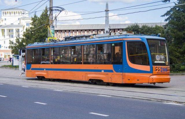 Автомобиль ГАЗ и трамвай столкнулись в Смоленске