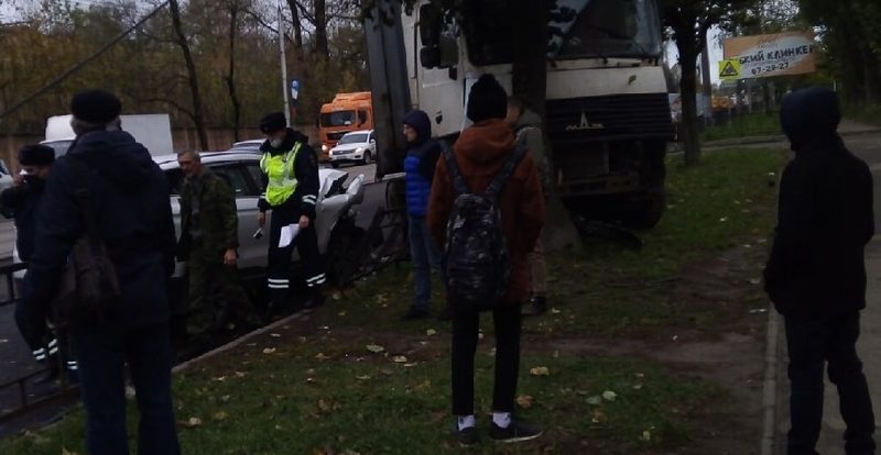 В Смоленске опрокинулась иномарка. Пострадали три человека