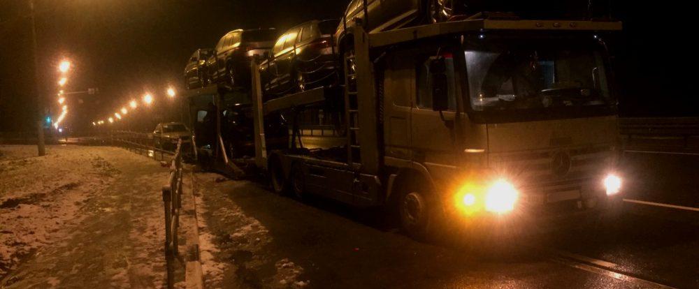 На трассе М-1 водитель «Мерседеса» спасал перевозимые легковые автомашины