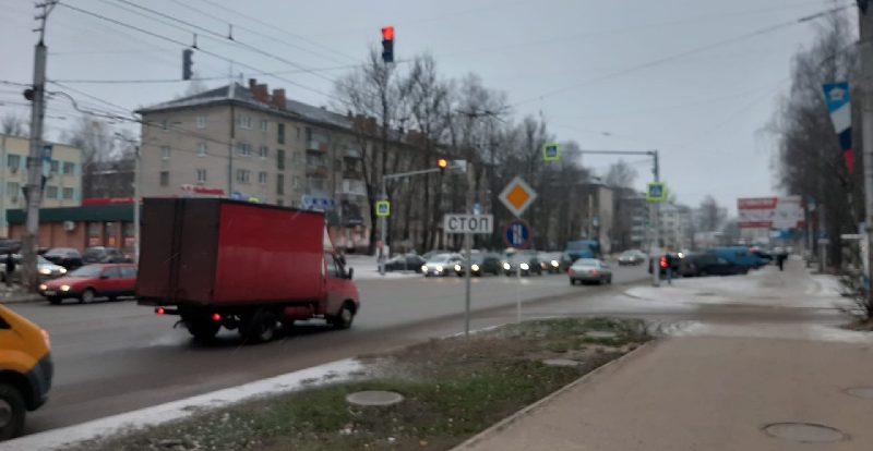 В Смоленске на ул. Николаева включили светофор
