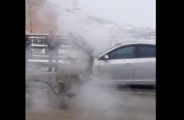 На путепроводе в Смоленске вспыхнул автомобиль