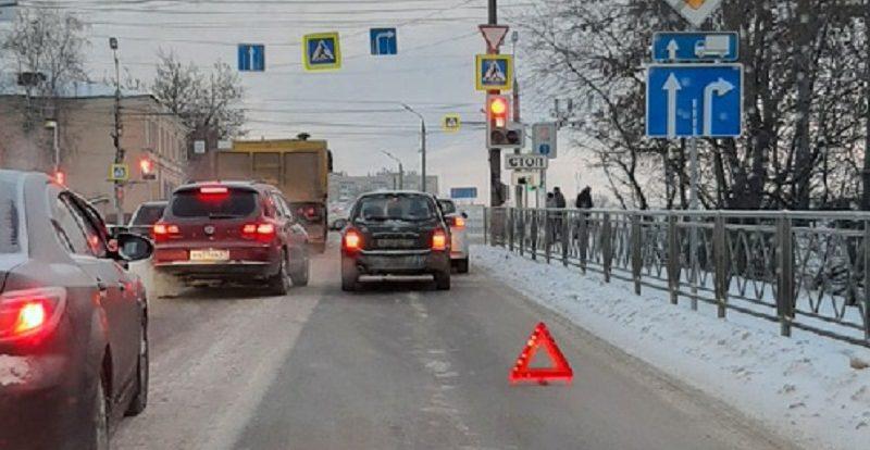 В Смоленске из-за ДТП перед мостом образовалась огромная пробка