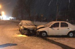 На перекрестке в смоленском райцентре машина такси попала в ДТП