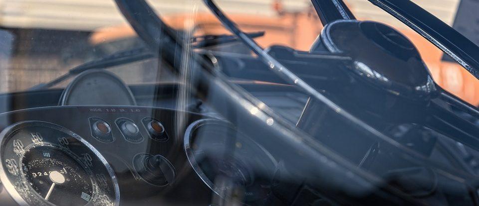 В Сафонове угнанный грузовой автомобиль обнаружили врезавшимся в здание