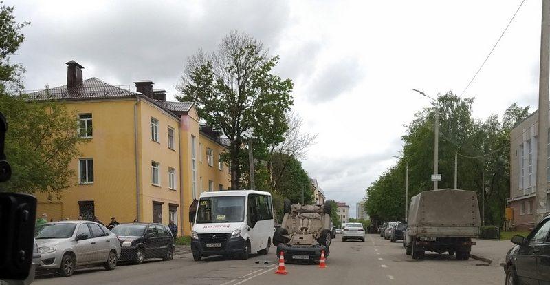 В Смоленске на улице Исаковского иномарка попала в аварию и опрокинулась на крышу