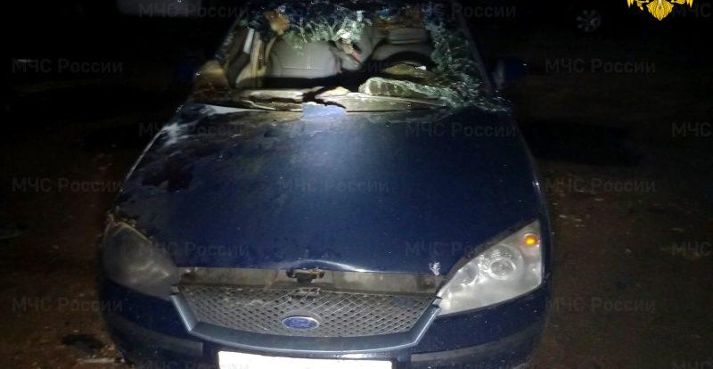 В Смоленской области вспыхнул припаркованный во дворе «Ford Mondeo»