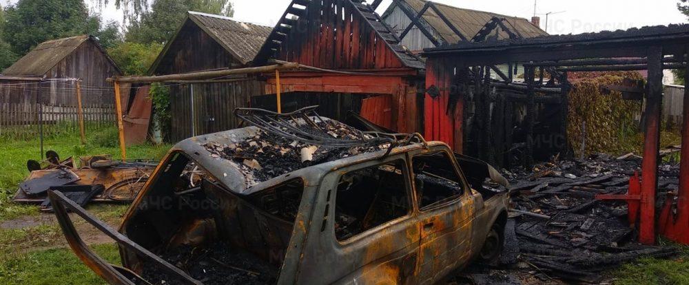 В городе Демидове сгорел гараж с автомобилем «Нива»