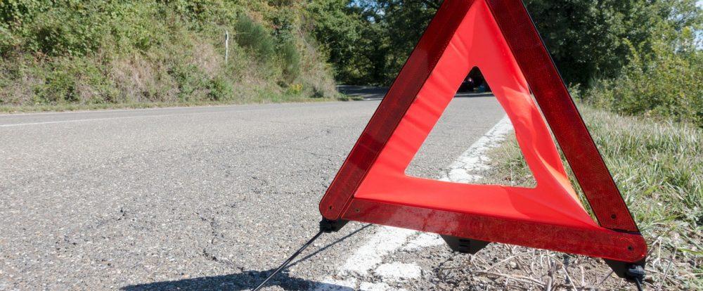 В Дорогобужском районе иномарка столкнулась с препятствием