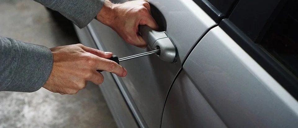 У 60-летнего смолянина украли аккумулятор из автомобиля