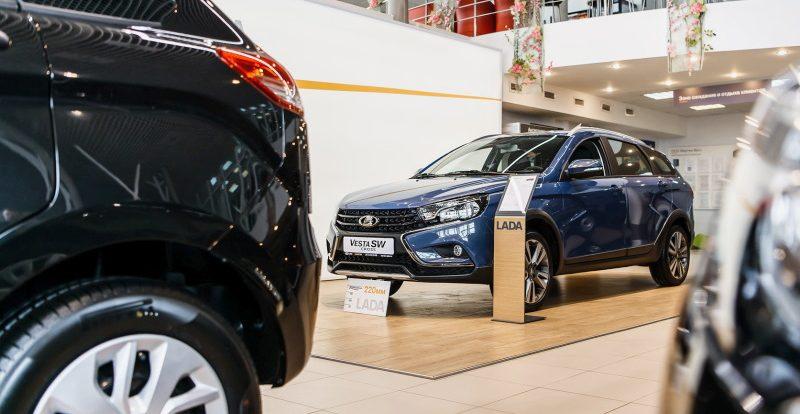 Продажи автомобилей «Лада» рухнули вдвое по итогам сентября